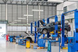 réparation voiture dans un garage