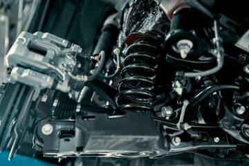 suspension de voiture à l'usine de montage